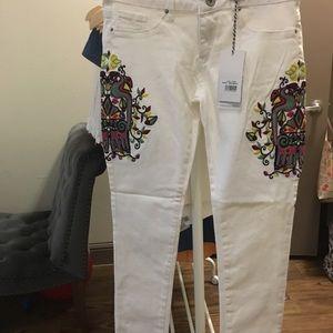 Denim - White embroidered jeans